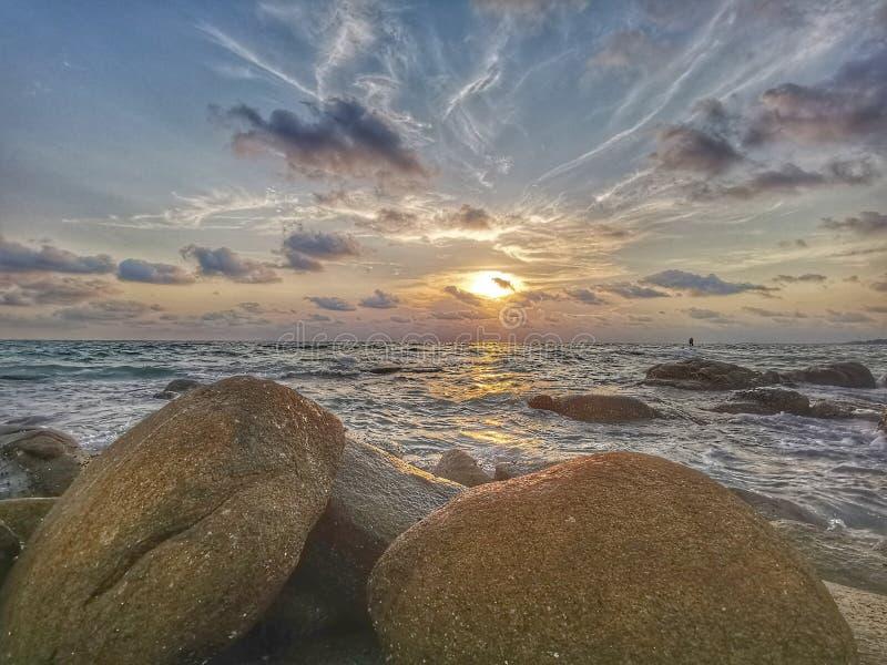 Exposición larga del mar de la puesta del sol crepuscular del paisaje en Tailandia fotografía de archivo