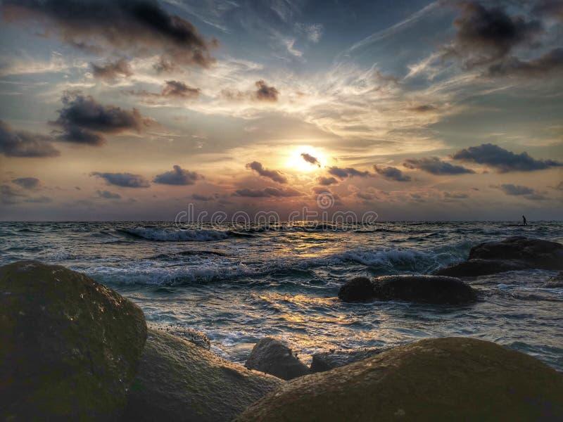 Exposición larga del mar de la puesta del sol crepuscular del paisaje en Tailandia fotos de archivo libres de regalías