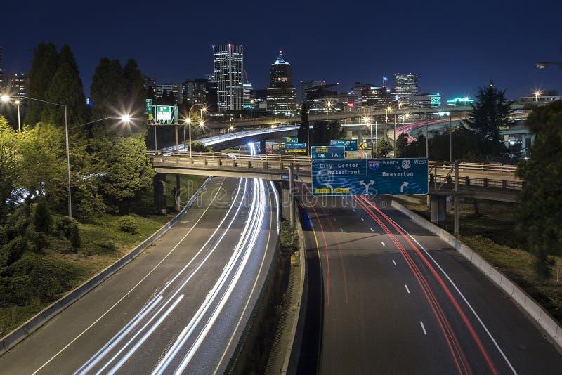 Exposición larga del tráfico de la noche en Portland, Oregon foto de archivo