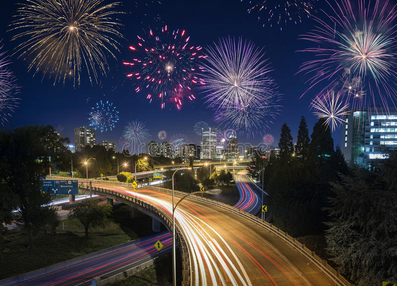 Exposición larga del tráfico y de los fuegos artificiales de la carretera de Portland en Años Nuevos foto de archivo