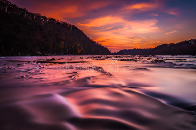 Exposición larga en el río de Shenandoah en la puesta del sol, del transbordador de Harper, Virginia Occidental fotos de archivo