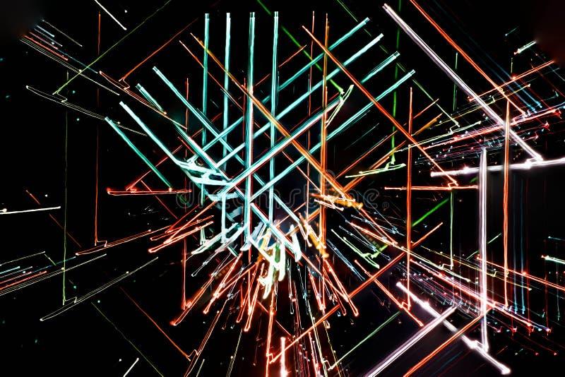 Exposición larga, líneas geométricas que brillan intensamente multicoloras abstractas imagenes de archivo