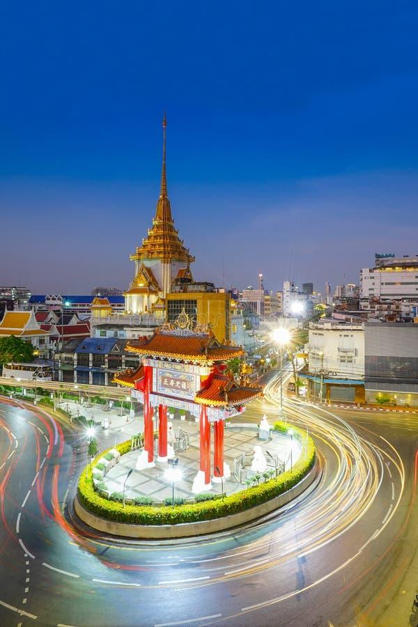 Exposición larga, luces del coche que corren alrededor de Chinatown, Círculo de Odeon, Bangkok foto de archivo