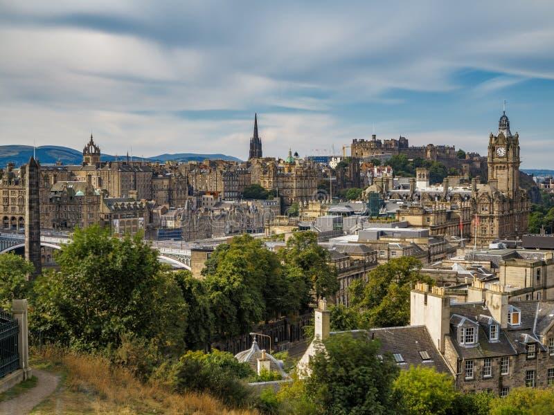 Exposición ultra larga de Edimburgo en el centro de la ciudad con el castillo imagen de archivo libre de regalías