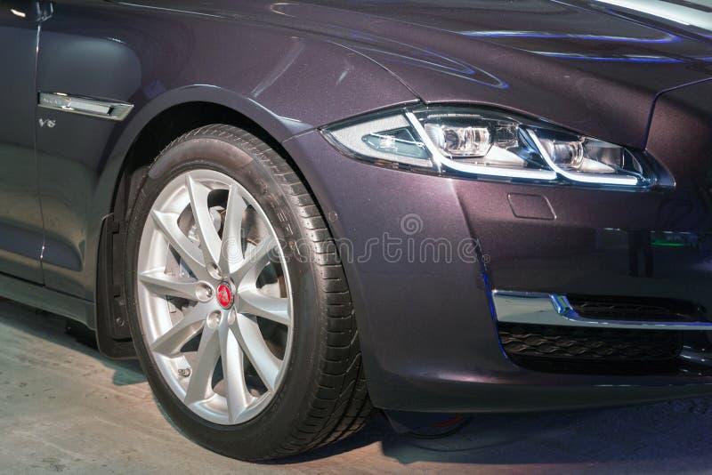 Exposition avec la voiture de Jaguar XJ à Kiev, Ukraine image libre de droits
