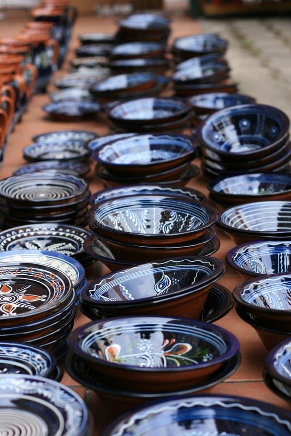 Exposition bleue de poterie images stock
