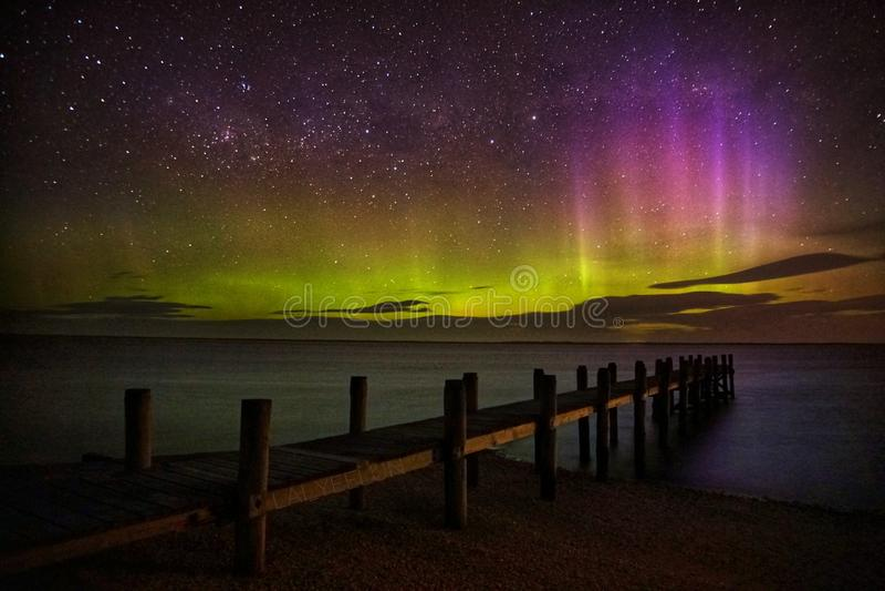 Exposition d'Aurora Australis par le quai photographie stock libre de droits