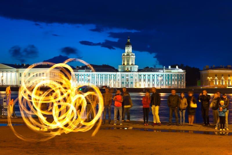 Exposition d'incendie dans le remblai de Neva de nuit images libres de droits
