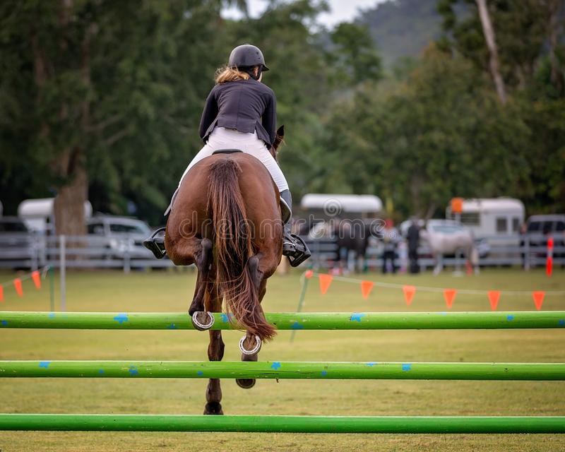 Exposition de cheval et de Rider Jumping Hurdle At Country images stock