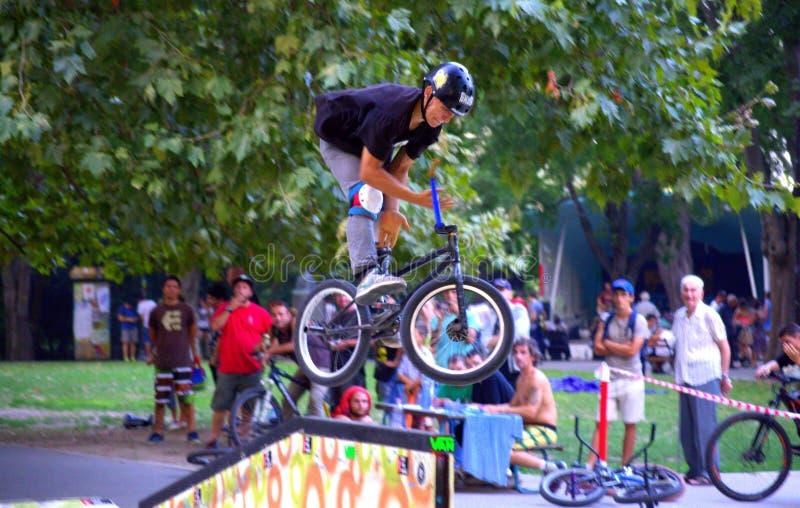 Exposition de cycliste en parc de ville photos libres de droits