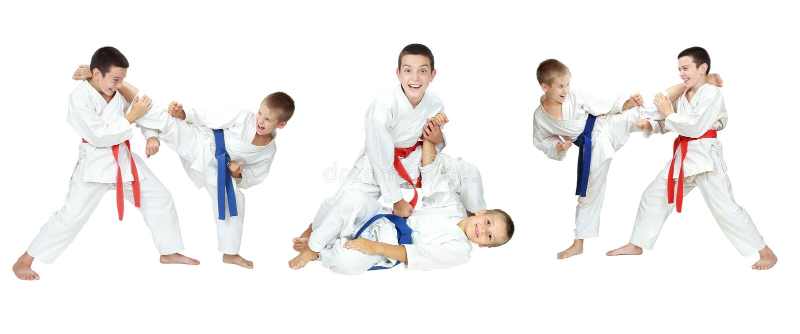 Exposition de deux garçons des techniques d'autodéfense un collage photos stock