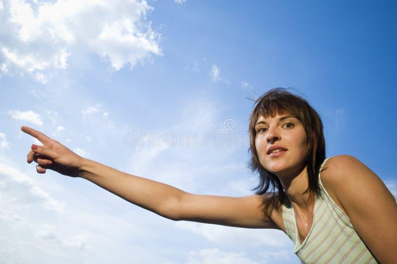 Exposition de jeune dame aux nuages image stock