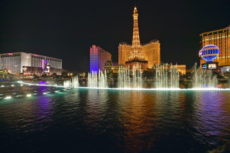Exposition de l'eau de casino de Bellagio la nuit avec le casino de Paris et le Tour Eiffel, Las Vegas, nanovolt images stock