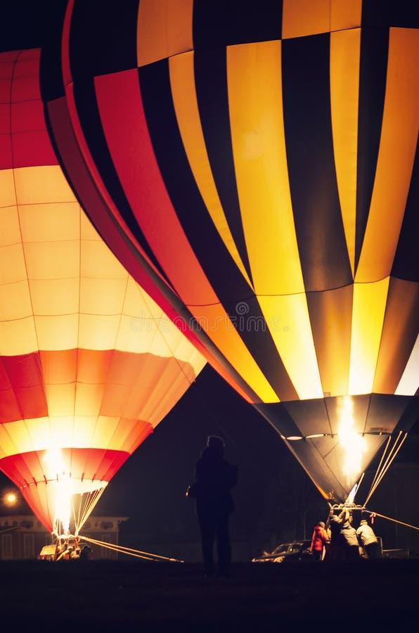 Exposition de nuit et décoller des montgolfières images stock