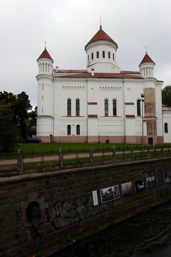 Exposition de photo sur la banque de la rivière de Vilna avec vue sur la cathédrale de l'acceptation de la Vierge bénie à Vilnius photos libres de droits