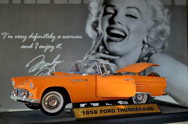"""Exposition de rétros voitures Voiture """"Ford Thunderbirg """"de cabriolet, également connu sous le T-oiseau d'acronymes Année de la f images libres de droits"""