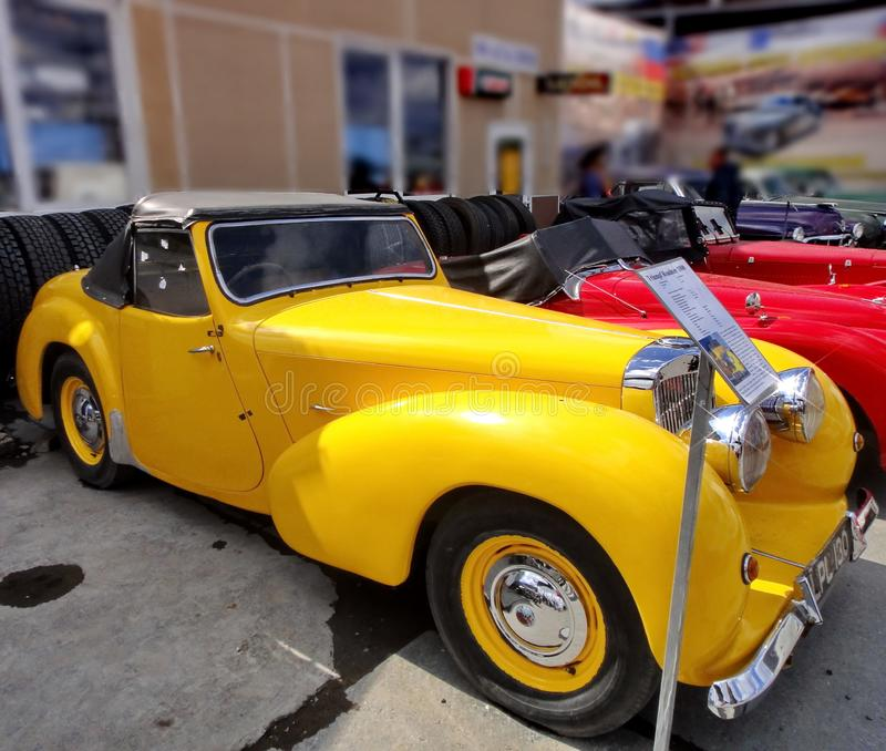 Exposition de r?tros voitures Cabriolet jaune ?Triumph - roadster 1800 ?, ann?e de la production 1947, puissance - 46 HP, Grande- photographie stock