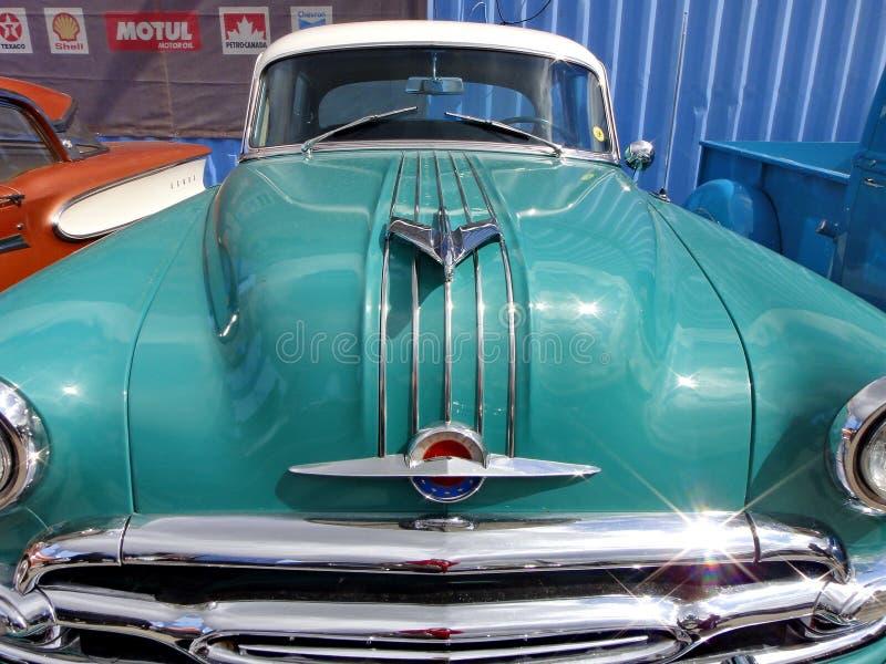 """Exposition de r?tros voitures Voiture """"Pontiac Chieftan """", année de la fabrication 1954, engine-8 cylindres, Etats-Unis, Michigan image libre de droits"""