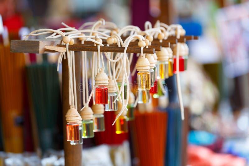 Exposition des bouteilles de parfum image stock