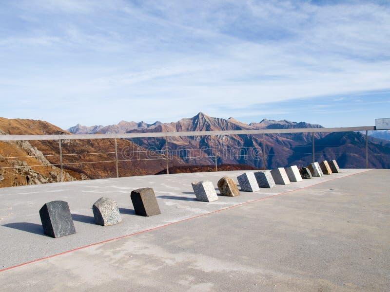 Exposition des roches de composants entourant des montagnes photo libre de droits