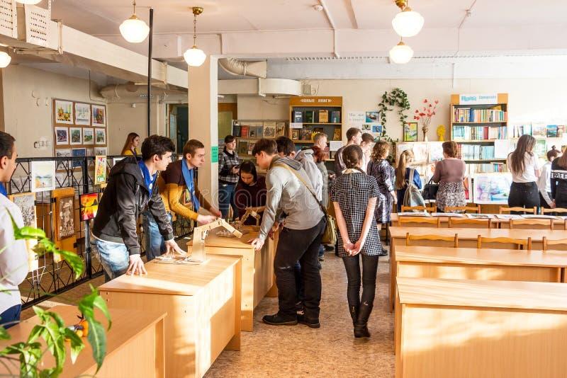 Exposition des travaux à côté des étudiants photographie stock libre de droits