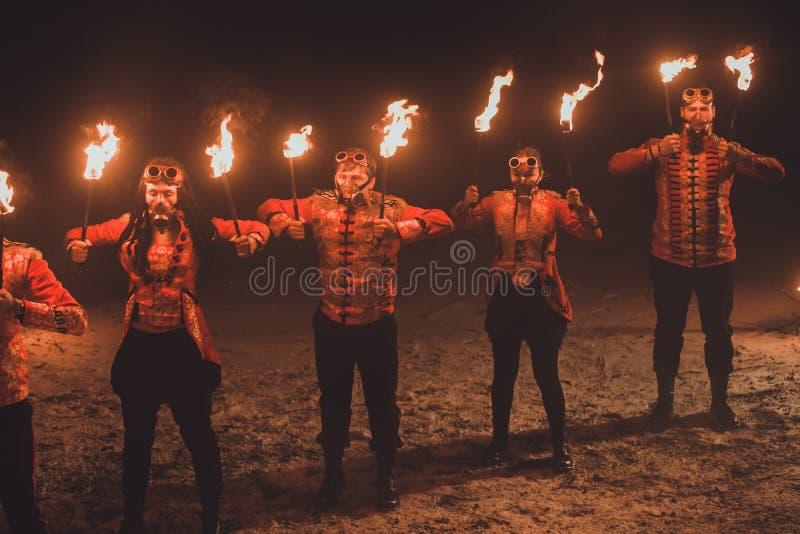 Exposition du feu de beauté dans l'obscurité photo stock