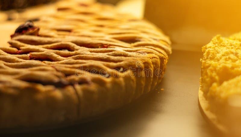 Exposition-fen?tre en verre dans le caf? avec des morceaux de tarte savoureux de fruit Bonbons savoureux photographie stock