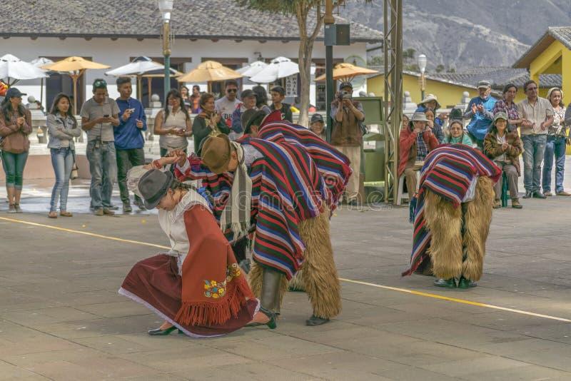 Exposition indigène équatorienne traditionnelle de danse photographie stock libre de droits