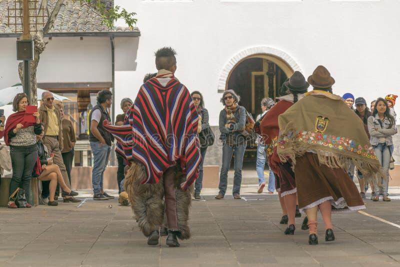 Exposition indigène équatorienne traditionnelle de danse photo stock