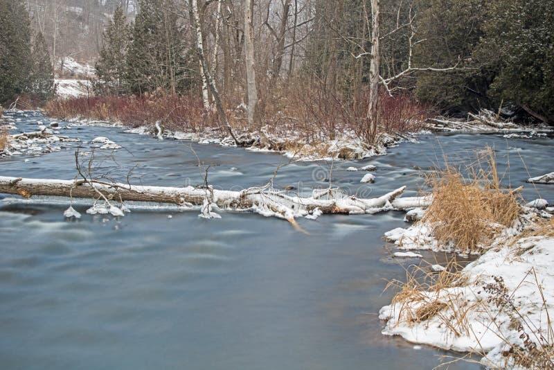 Exposition long d'hiver comportant la rivière de crédit images stock