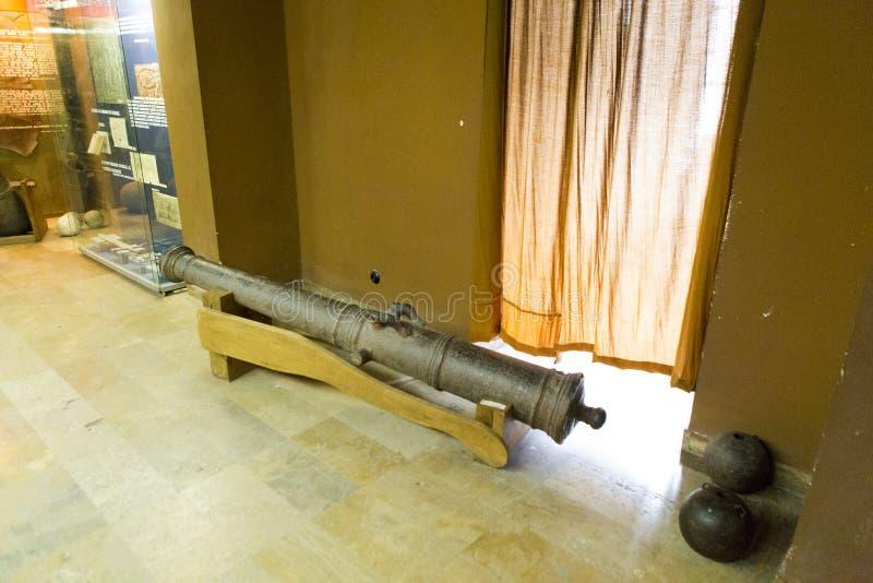 Exposition médiévale de canon de champ dans un musée images stock