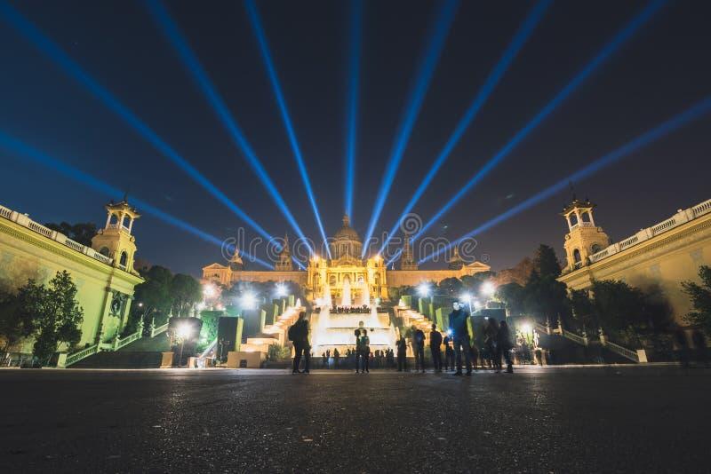 Exposition magique de lumière de fontaine à Barcelone, Espagne images libres de droits