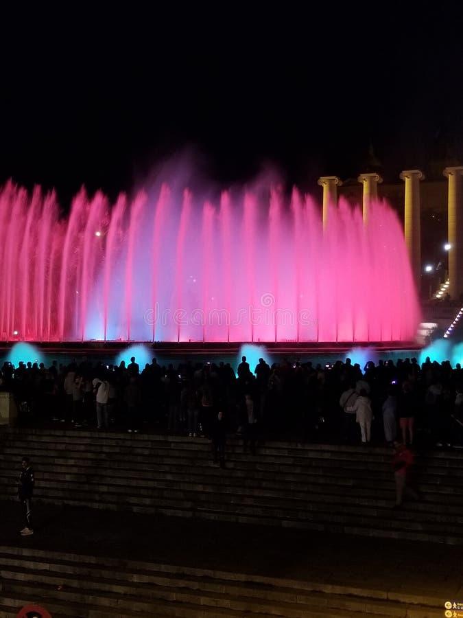 Exposition magique de nuit de fontaine - un défini doit si vous visitez Barcelone photos stock