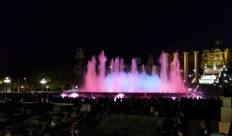 Exposition magique de nuit de fontaine - un défini doit si vous visitez Barcelone photo libre de droits