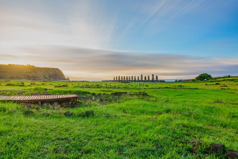 Exposition Moai d'autel iconique d'Ahu Tongariki longue au lever de soleil images libres de droits