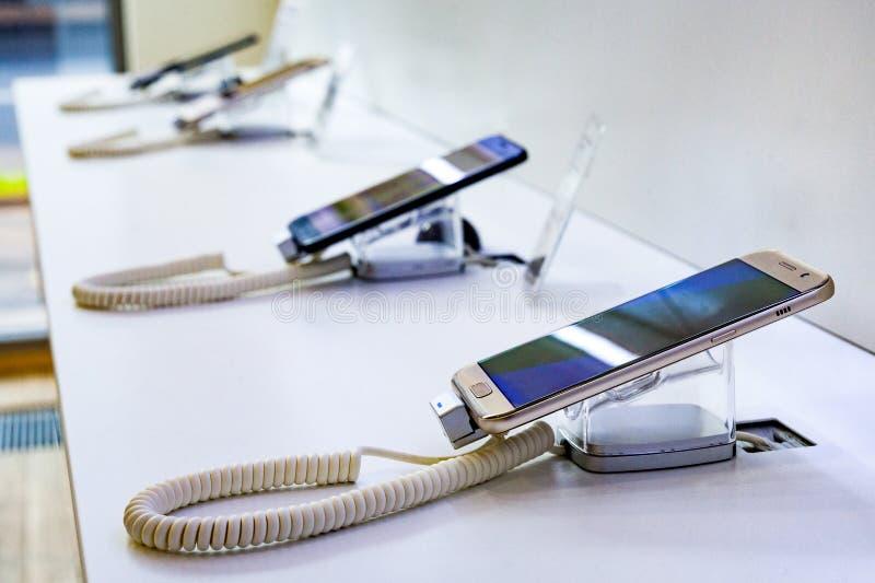 Exposition mobile dans la boutique de téléphones portables photo libre de droits