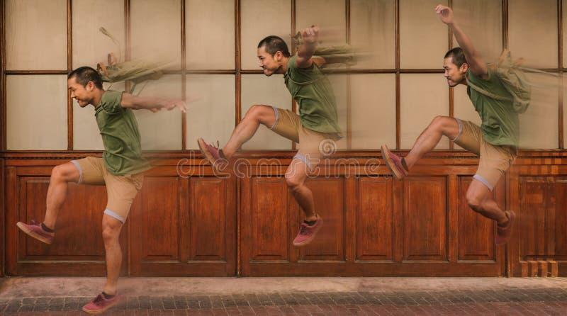 Exposition multiple d'un jeune homme sautant avec la tache floue de mouvement photo libre de droits