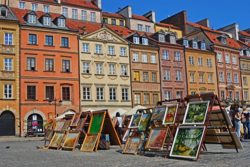 Exposition provisoire de dessin à la vieille ville Market Place de Varsovie en été images stock