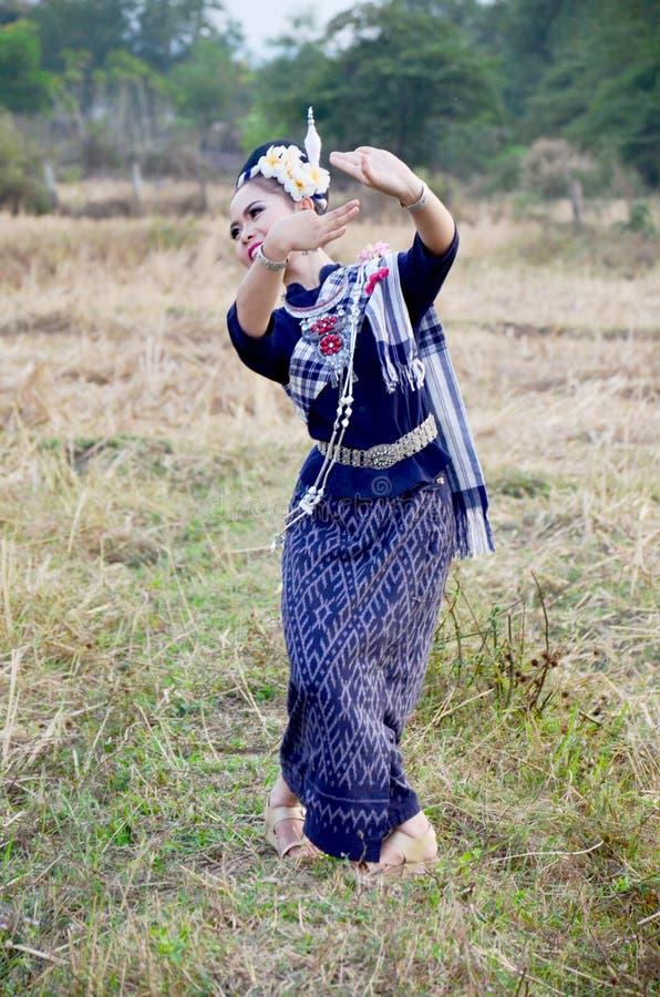 Exposition thaïlandaise de style de danse de personnes de tai de phu de fille pour la prise de photographe image libre de droits