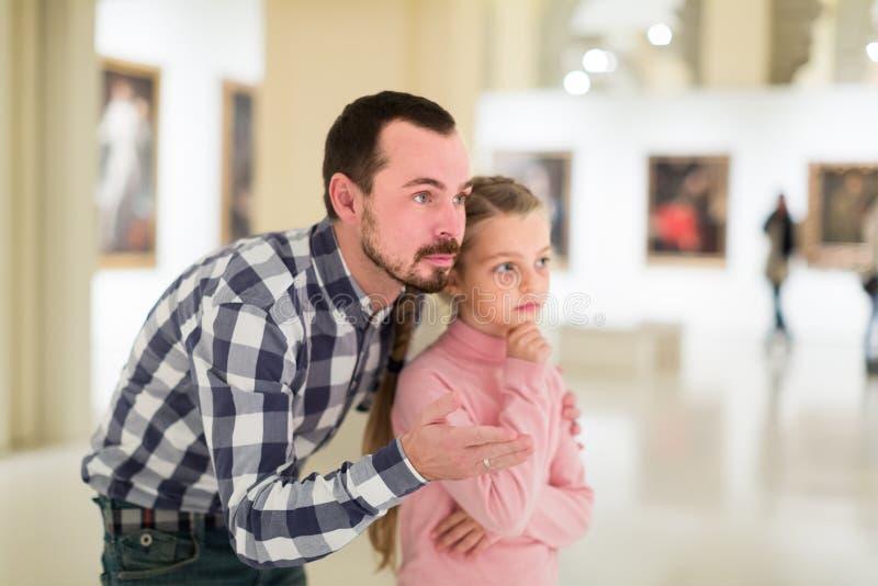 Expositions les explorant concentrées de père et de fille dans le musée image libre de droits