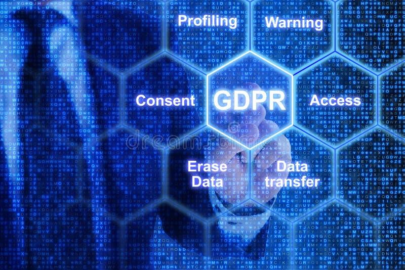 IT exppert dotyka płytkę w siatce z GDPR słowami kluczowymi zdjęcie stock