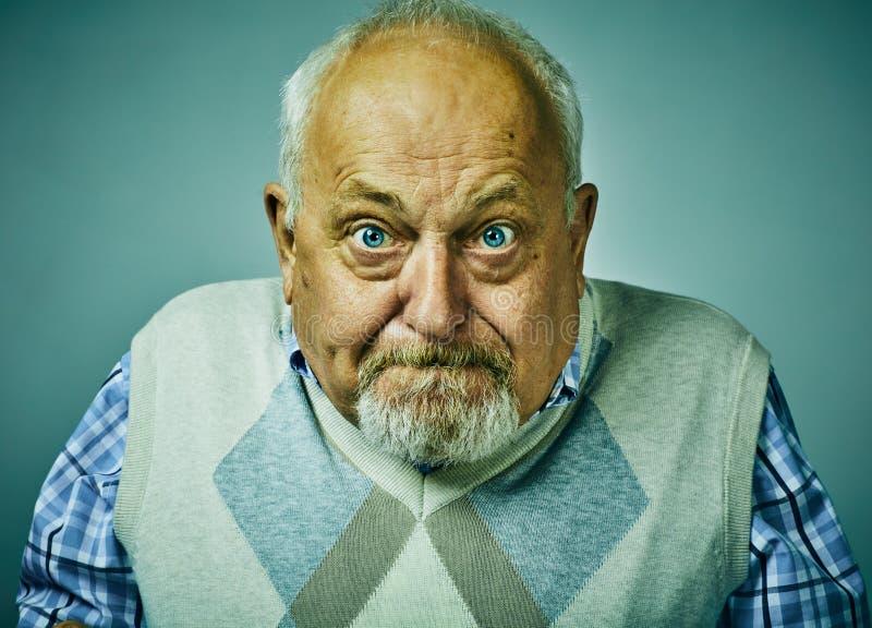 Expresión contrariedad enojada de la cara del hombre mayor fotografía de archivo