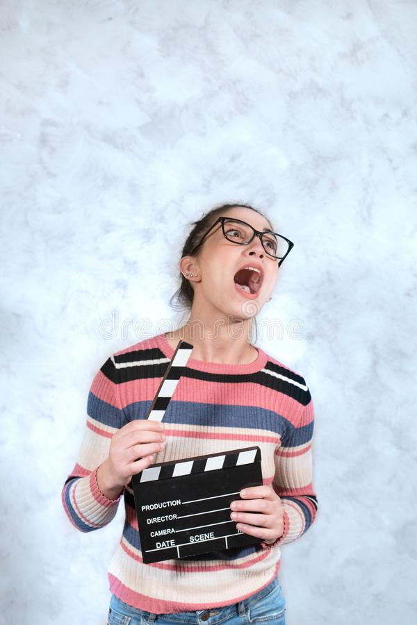 Expresión divertida de la cara de la mujer de la mueca de la película de la comedia foto de archivo