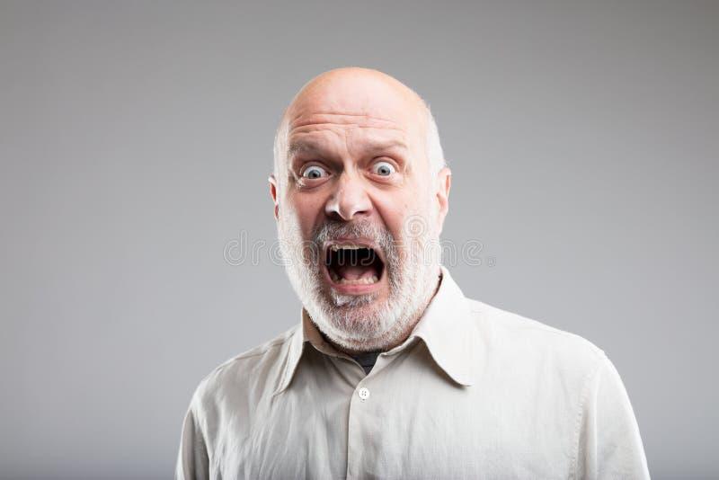 Expresión exagerada fuerte del miedo de un viejo hombre imágenes de archivo libres de regalías