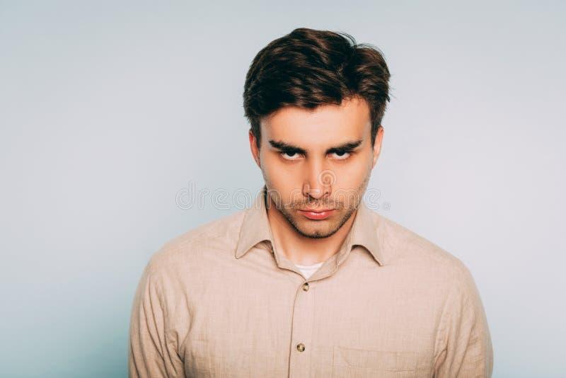 Expresión facial de intimidación que amenaza de la mirada del hombre fotos de archivo libres de regalías