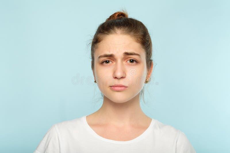 Expresión facial desconcertada de la mujer dudosa escéptica foto de archivo libre de regalías