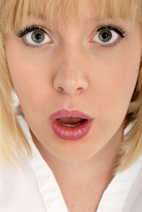 Expresión sobresaltada muchacha rubia atractiva linda fotografía de archivo libre de regalías