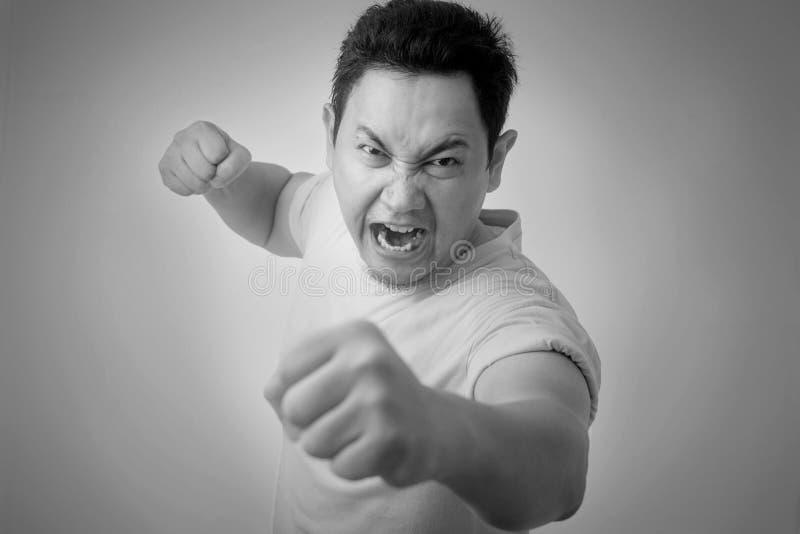 Expresi?n asi?tica enojada del hombre lista para luchar imagen de archivo libre de regalías