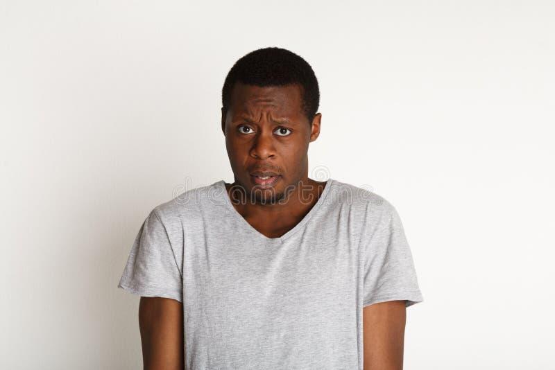Expresiones asustadas y dudosas, faciales, hombre negro fotos de archivo libres de regalías