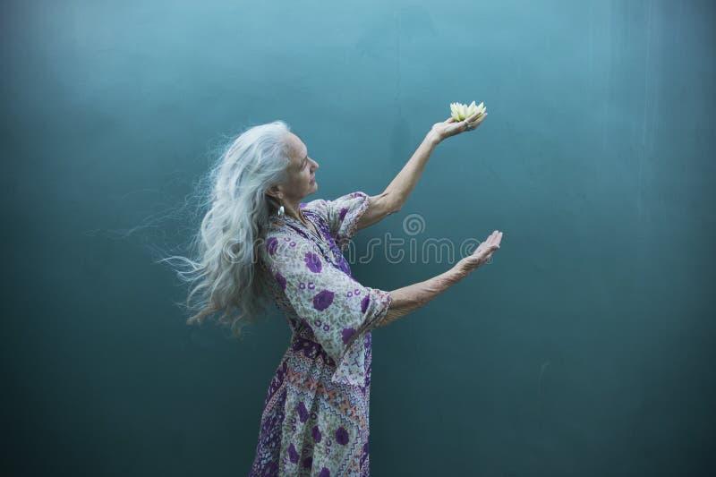 Expresiones creativas de una mujer mayor espiritual fotografía de archivo libre de regalías